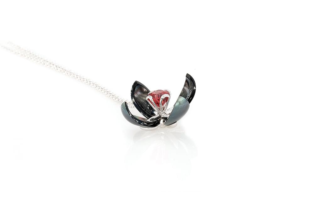 Pendentif Lys, or 18k, perle de tahiti et spinelle rouge 4